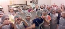 Les élèves de CP confectionnent des galettes